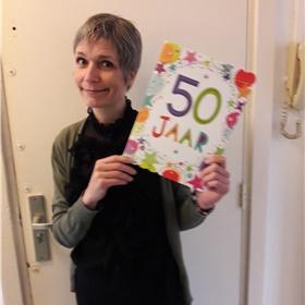 Corona zorgt voor creativiteit én pragmatisme: ter ere van de vijftigste verjaardag van de debutant vindt de presentatie plaats op de drempel van haar halve-eeuwfeest, ruim een maand voor verschijning van het boek op 29 januari.