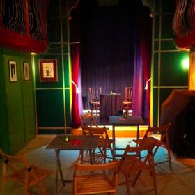 Het lege Torpedo Theater, uitzicht van technicus Steven Boland, die geheel toevallig ook omslag en binnenwerk van het boek heeft ontworpen.