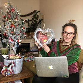 Elinor Archer, die proeflezer was en heeft geholpen met de promotie en de site, is helemaal in de feeststemming.