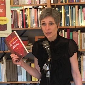 Antwoord op de vraag waarom je dit boek moet kopen: 'Ik heb me laten vertellen dat dit nou echt zo'n boek is dat je gelezen móét hebben.'