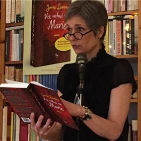 De debutant leest een fragment voor uit eigen werk. 'Marie zat niet vanaf de eerste klas bij mij op de lagere school...'