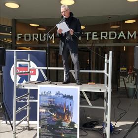 Alex Boogers las stipt om 12 uur bij Donner zijn gedicht 'Blik op Rotterdam' voor. Voor klanten ligt er een speciaal geschenk klaar.