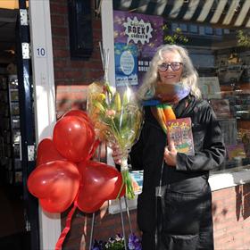 Boekhandel Muizelaar ontving Henriette Hemmink. Zij kreeg het geschenk 'Weer Open' dat VBK voor alle lezers van Nederland heeft laten maken.