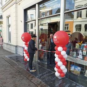 Boekhandel Praamstra had local hero Ozcan Akyol. Eigenaar Chrisjan van Marissing kijkt toe.