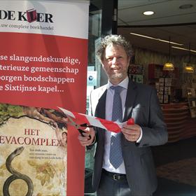 Jeroen Windmeijer bij De Kler. Geen afspraken meer voor zijn pas verschenen boek, maar er gewoon voor naar de winkel wanneer het schikt.