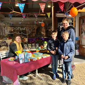 Marte Jongbloed signeerde bij In de Wolken (Voorburg) haar werk voor alle klanten – zónder afspraak vooraf.