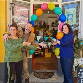 Sanne Rooseboom bij Kinderboekwinkel Alice in Wonderland in Den Haag. Links de twee eigenaren