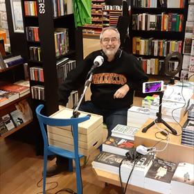 Eric Herni van The Read Shop in Almere-Haven schrijft: 'Ronald Giphart kwam vanmorgen onze winkel heropenen. Kopje koffie gedronken, interviews gedaan, signeren, klanten helpen. Misschien neem ik hem straks wel in dienst.'