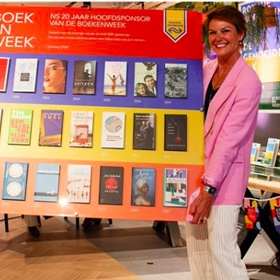 Dank NS - directeur commercie Ivo Steffens wordt bedankt voor 20 jaar hoofdsponsorschap door CPNB-directeur Eveline Aendekerk