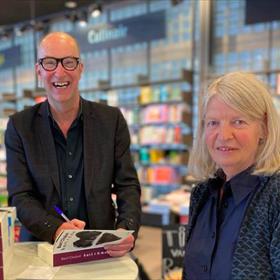 Bart Chabot signeert bij Libris Venstra. Rechts Ada Ruiter