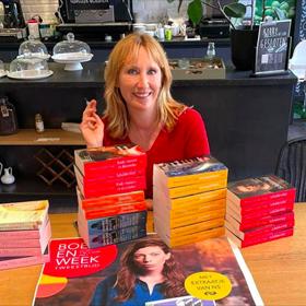 Simone van der Vlugt bij boekhandel Stumpel in Hoorn.
