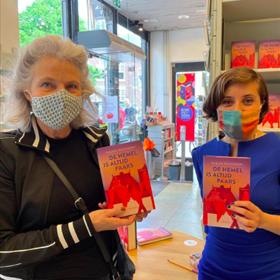 Sholeh Rezazadeh bij boekhandel Heinen – bij het signeren altijd een mondkapje op