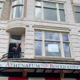 Arie Storm leest voor op het balkon van Athenaeum Boekhandel (filiaal Spui)