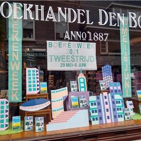 Boekhandel Den Boer in Baarn had geen materiaal meer van de CPNB, dus knutselde zelf wat voor in de etalage