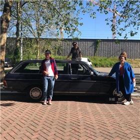 Maandagochtend: Das Mag-auteurs Sofie Lakmaker en Lize spit maken zich op voor een signeertrip naar Nijmegen, Arnhem en Utrecht