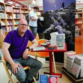 Toine Heijmans bij De Drukkerij in Middelburg. Net als vele andere boekwinkels met horeca ging zaterdag de brasserie eindelijk weer open.