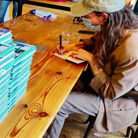 Hanna Bervoets bij Scheltema in Amsterdam. De vraag is of de hele stapel erdoorheen ging tijdens haar signeersessie.