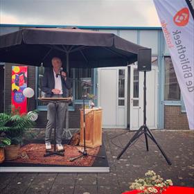 Tommy Wieringa sprak buiten de deur bij Bibliotheek Enschede. Geen straf met het mooie weer deze Boekenweek.