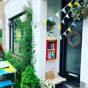 De boekhandel kreeg zaterdag concurrentie van de tweede Dag van de Minibieb. Hier in Zwolle werd daar feestelijk bij stilgestaan.