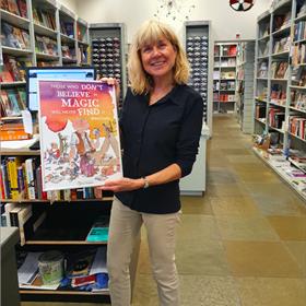 Irene Megens van boekhandel Adr. Heinen met cadeau