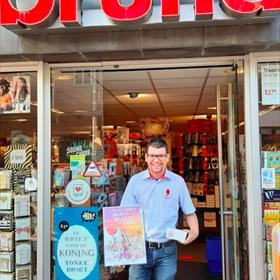 Mike Hoogeweij van de Bruna in de Fahreneheitstraat Den Haag is blij met de poster en snoep