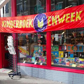 Iedereen mag het weten: 't Is Kinderboekenweek. De etalage van Pantheon Boekholt a la Carte (Amsterdam)