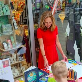 Lokale auteur Isabel van Duijne, auteur van 'Het allergrootste wonder. De droom van een schrijfster', op de openingsdag bij The Read Shop Kempers in Delft.