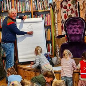 Harmen van Straaten geeft tekenles bij kinderboekhandel Alice in Wonderland (Den Haag).