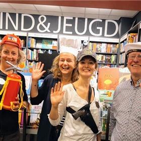 Worden wat je wil? Ook de medewerkers van De Rijnlandse Boekhandels nemen eindelijk de kans waar. Geheel rechts René Koek.