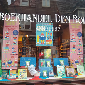 Ook Boekhandel den Boer in Baarn wijdde een volledige etalage aan kinderboeken.