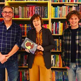 De Grote Vriendelijke Podcast sprak inKinderboekwinkel Kiekeboek in Haarlem met schrijfster Lida Dijkstra over haar nieuwe boek 'Schaduw van Toet'
