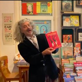 Aby Hartog promoot zijn boek 'Miro en Tesla kiezen een beroep' in boekhandel Over het water, Amsterdam