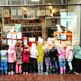 De eigenaar van Antiquariaat Hovingh in Haarlem nodigde de kleuterklas van zijn zoon uit om de winkel van buiten en binnen te bekijken.