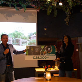 Robin de Lange overhandigt namens het dierenpark een cheque van 25.000 euro aan een vertegenwoordiger van het Jane Goodall Institute. Bestemd voor het Tchimpounga Chimpanzee Rehabilitation Center.
