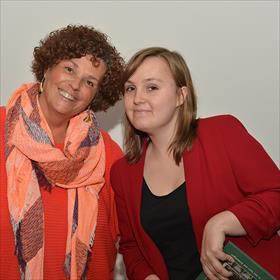 Ladies in red. Mineke Hoekstra (klant, vrijwilliger), Lilian Zielstra (boekhandelsmedewerker, stadsdichter).