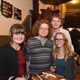 De jonge garde. Anna Dijk, Marius de Vries, Hedwig Sekeres, Bauke Wielinga (Literair dispuut Flanor). Zij hoeven niet zo nodig op de kansel te staan.
