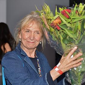 Bloemen voor Anneke van Dijk. 24 jaar lang organiseerde zij mede de Nacht van de Poëzie.