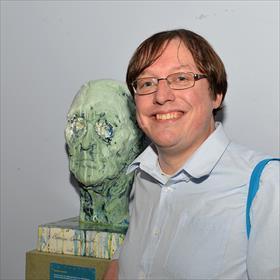 Robin Kerkhof (hoofdredacteur poezieverrijkt.nl) naast het hoofd van een introverte Remco Campert.