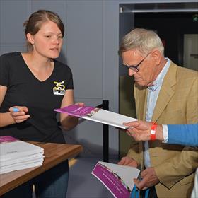 We gaan het thuis nog eens goed nalezen. Amber Vermue (vrijwilliger van de Nacht van de Poëzie), Willem Stolwijk (bestuurslid Het Literatuurhuis).